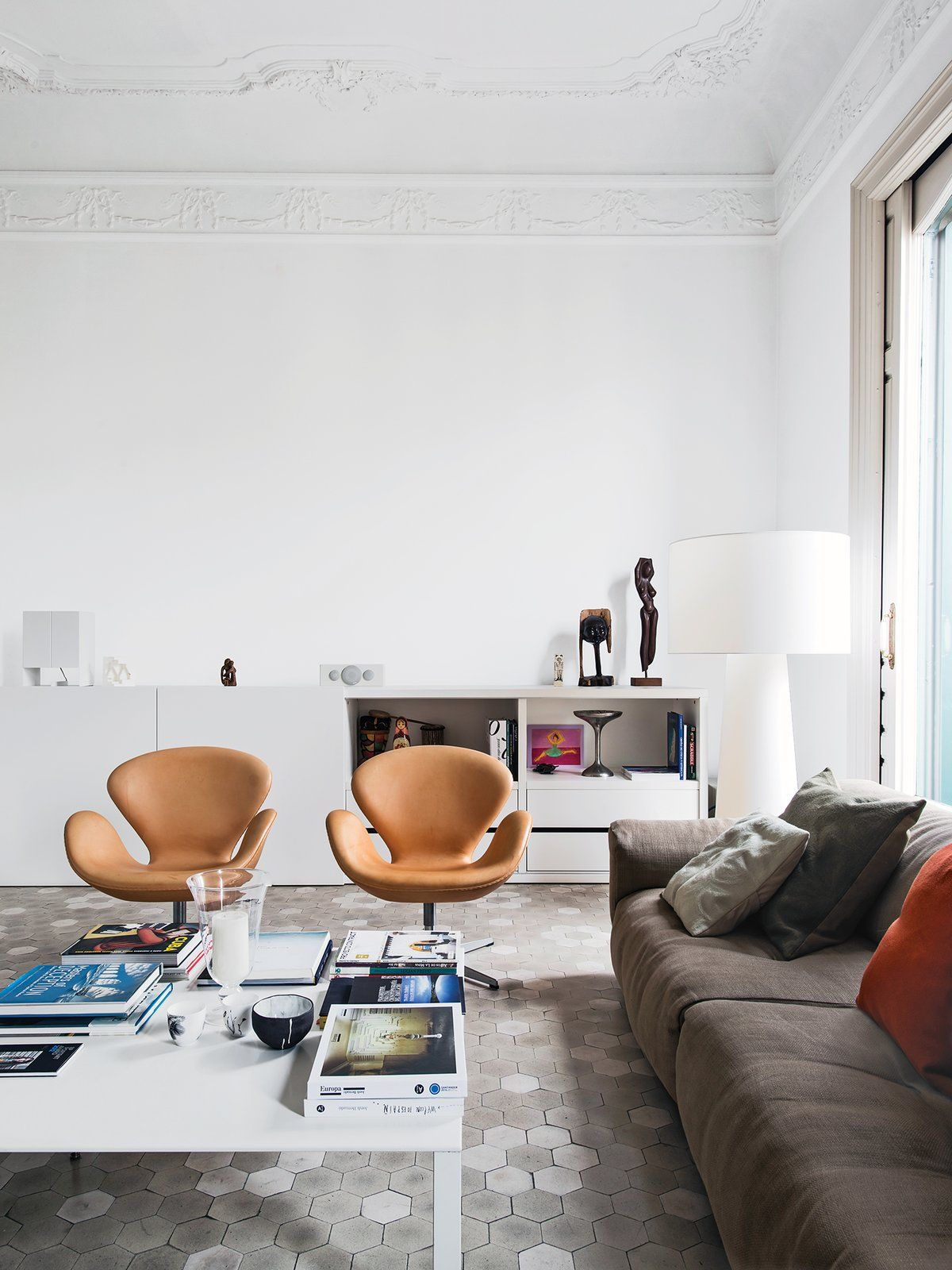 All These Rooms Have One Unusual Thing in Common | Swan chair, Arne ...