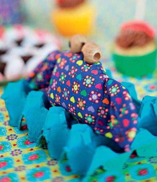 Uma caixa de ovos serve de suporte para o caranguejo de tecido. A ideia de Tâmara Garkisch é que o aniversariante aproveite esta e outras peças para decorar o quarto quando a festa acabar
