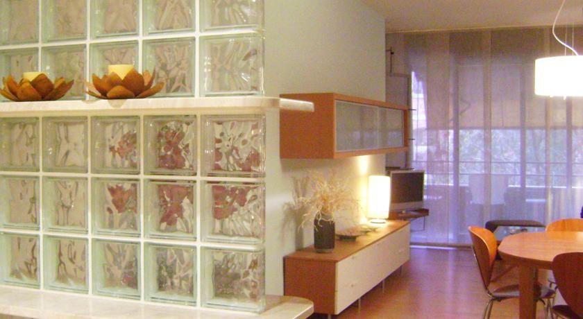 El Apartment Guell está situado en Barcelona, a solo 250 metros de la estación de metro Plaça de Sants.