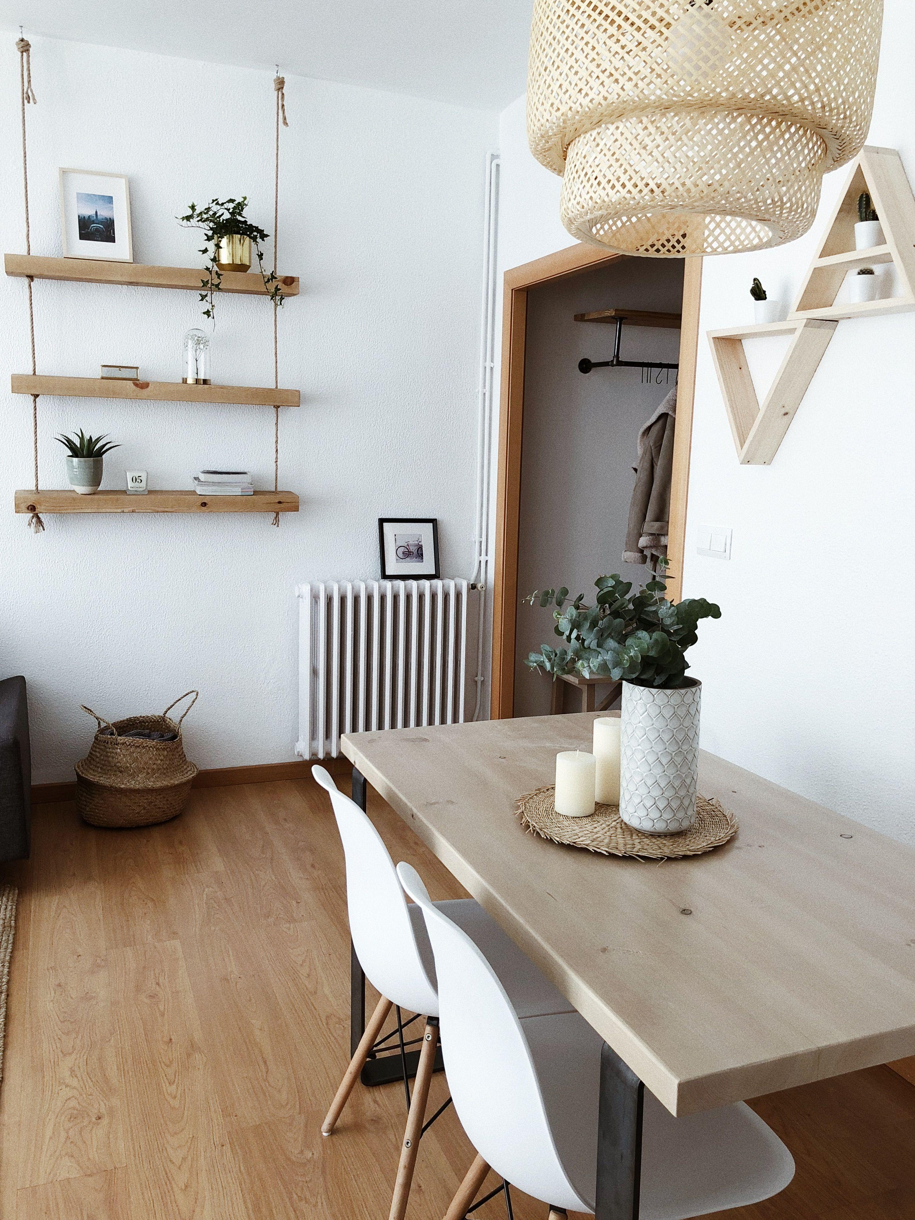Vista del salón con la estantería Makemba y la mesa de ...