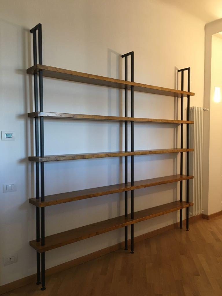 Libreria a muro in legno e ferro stile industriale realizzata con ...