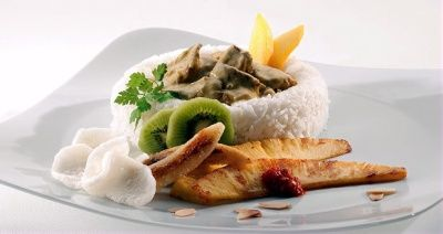 Riz Casimir - Sliced veal in a creamy curry sauce, garnished with fresh fruits and served with rice, at € 19,00.