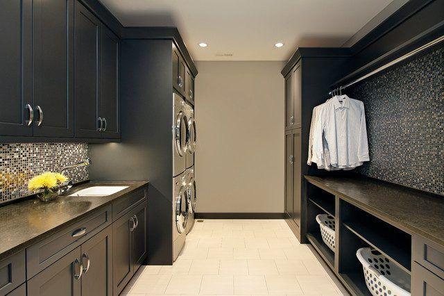 Landeria preta, piso claro e pastilhas preto e cinza nas paredes. Armários pretos. Dicas de Como Organizar a Lavanderia