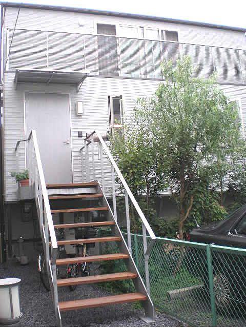 建物の外観のシルバーに合わせて鉄骨階段も。