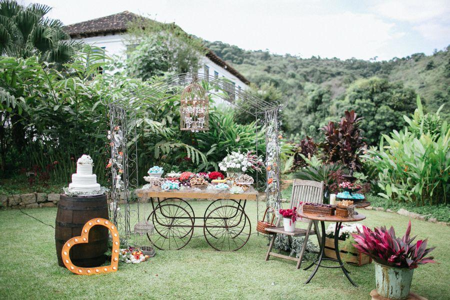 Mesa de doces para casamento rústico chique decorada por Alecrim Design Floral