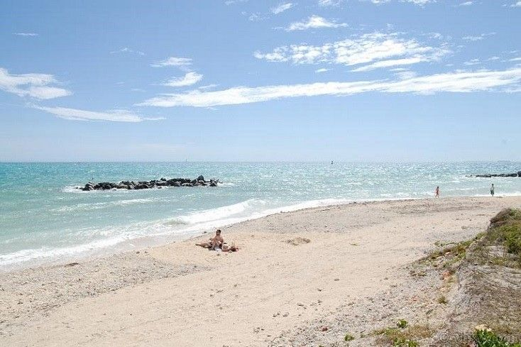 Fort Zachary Taylor Beach Is Considered By Many As The Bestkeywestbeach It Is Accessed Through The Truman Annex Neighb Key West Beaches Key West Florida Beach