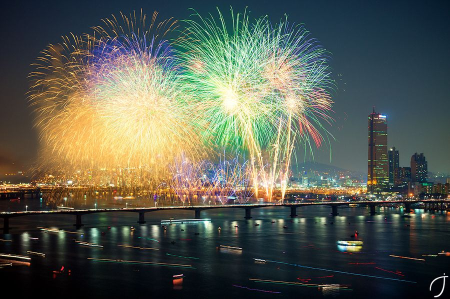 Seoul firework big boom by Romain John, via 500px