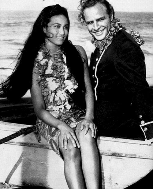 Marlon Brando e Tarita Teriipaia sul set del film Gli ammutinati del Bounty (Mutiny on the Bounty, 1962) di Lewis Milestone