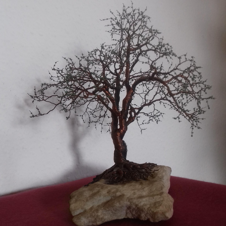 Baum aus feinstem Kupferdraht mit Perlen auf Sandstein