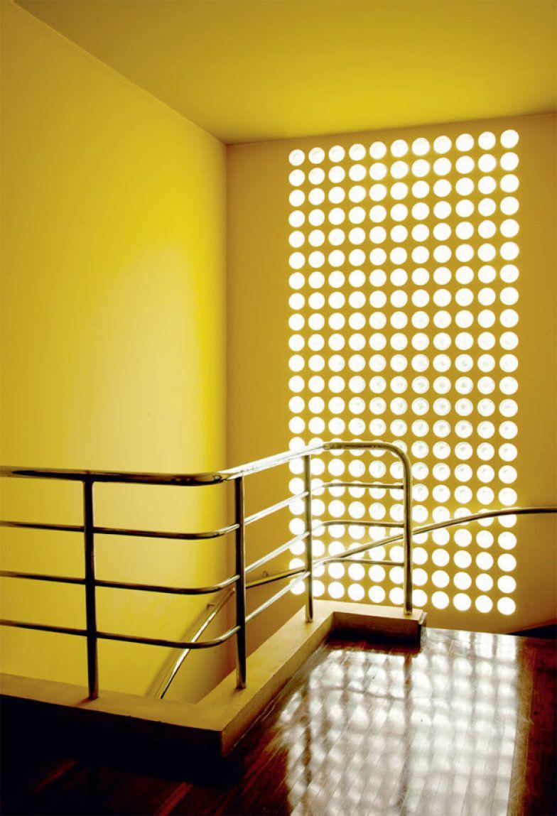 O amarelo aquece as linhas puras da Casa Modernista da Rua Santa Cruz, em São Paulo, projeto do arquiteto Gregori Warchavchik (1896-1972).