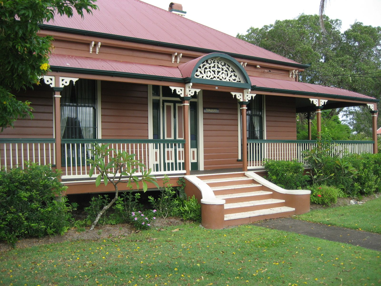 Australian queenslander home with wide verandahs to escape for Queenslander home designs australia