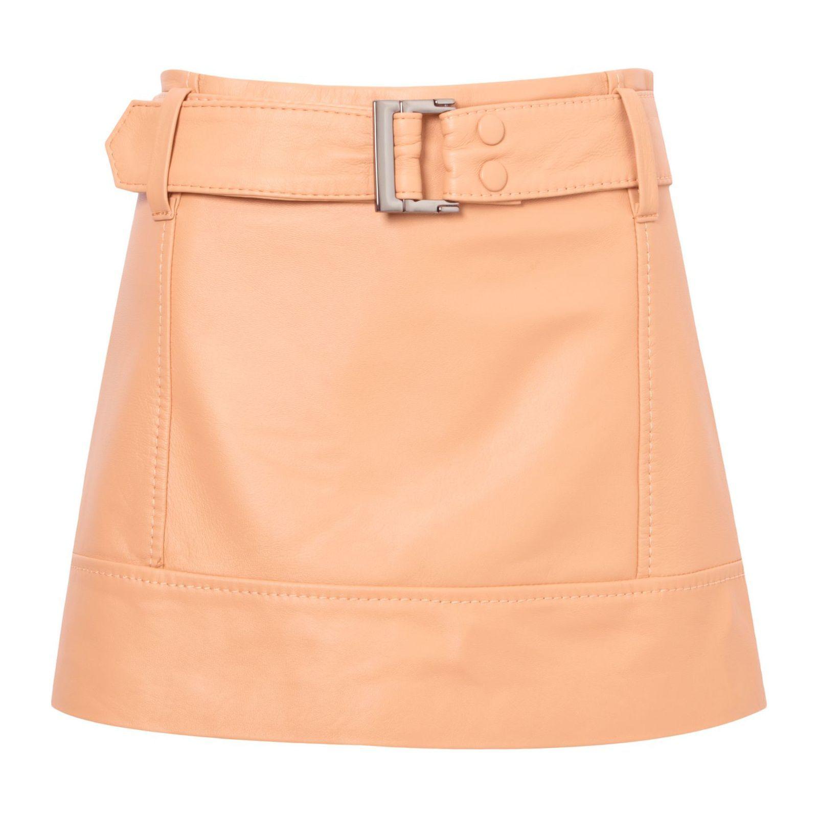 dee9071fcb O short saia supercute se renova em couro. Com shape ajustado ao corpo