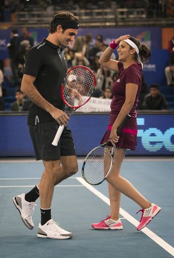 Micromax Indian Aces Players Roger Federer Left Talks To Sania Mirza After Scoring A Point Against Dbs Singapore Slammers S Roger Federer Ivan Lendl Players