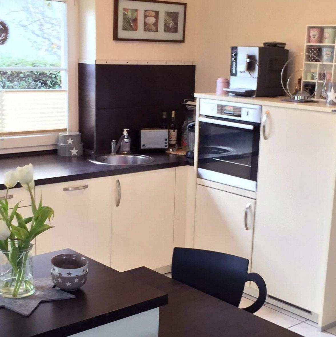 Küchenschränke für teller weissekuecheschwarzewandideen  küchen in   pinterest