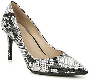 Get down to business in these sleek pointed-toe pumps. From Naturalizer.