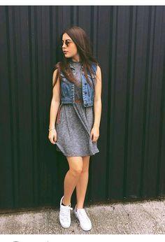 Moda vestido con zapatillas