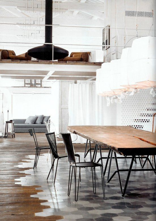 Wunderbar Außergewöhnlicher Bodenbelag Aus Einer Kombination Aus Fliesen Und Holz.  Perfekt Kombiniert Mit Möbeln Im Industrial Style. Tolle Idee Für Ein  Großes Loft.