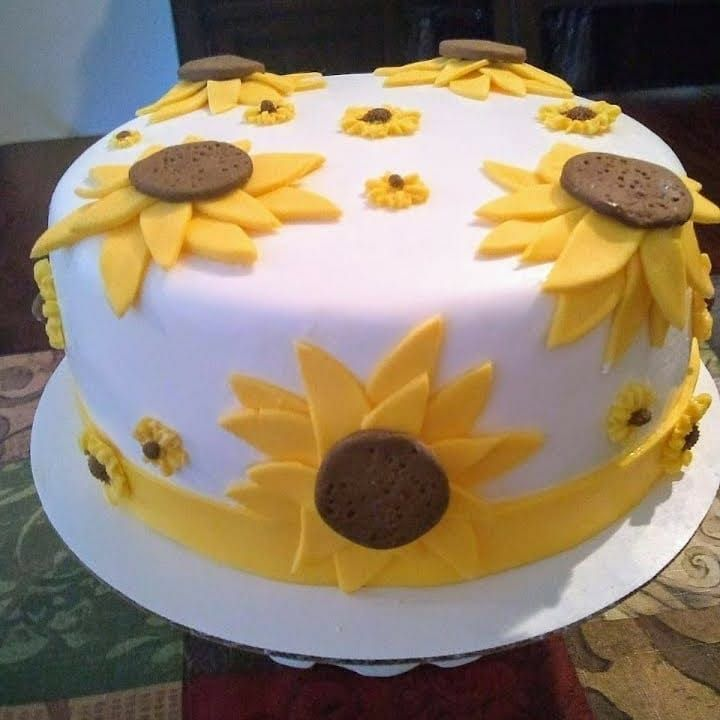 Sunflower fondant cake ... Rum Cake with pineapple and coconut accompanied by cupcakes ... with Cuban flavor. - - -