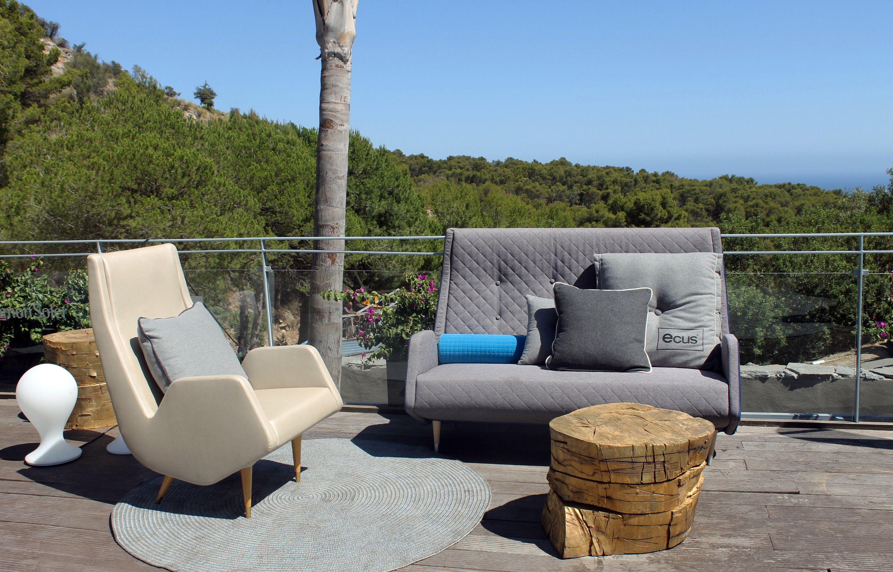 Terraza Lounge VIP de Starlite Marbella diseñada por Carmen Barasona con luminarias BAT y ONA de MILAN Iluminación y sofás CARMELA de Carmen Barasona para ECUS. #ecus #milaniluminacion #ecus #milaniluminacion
