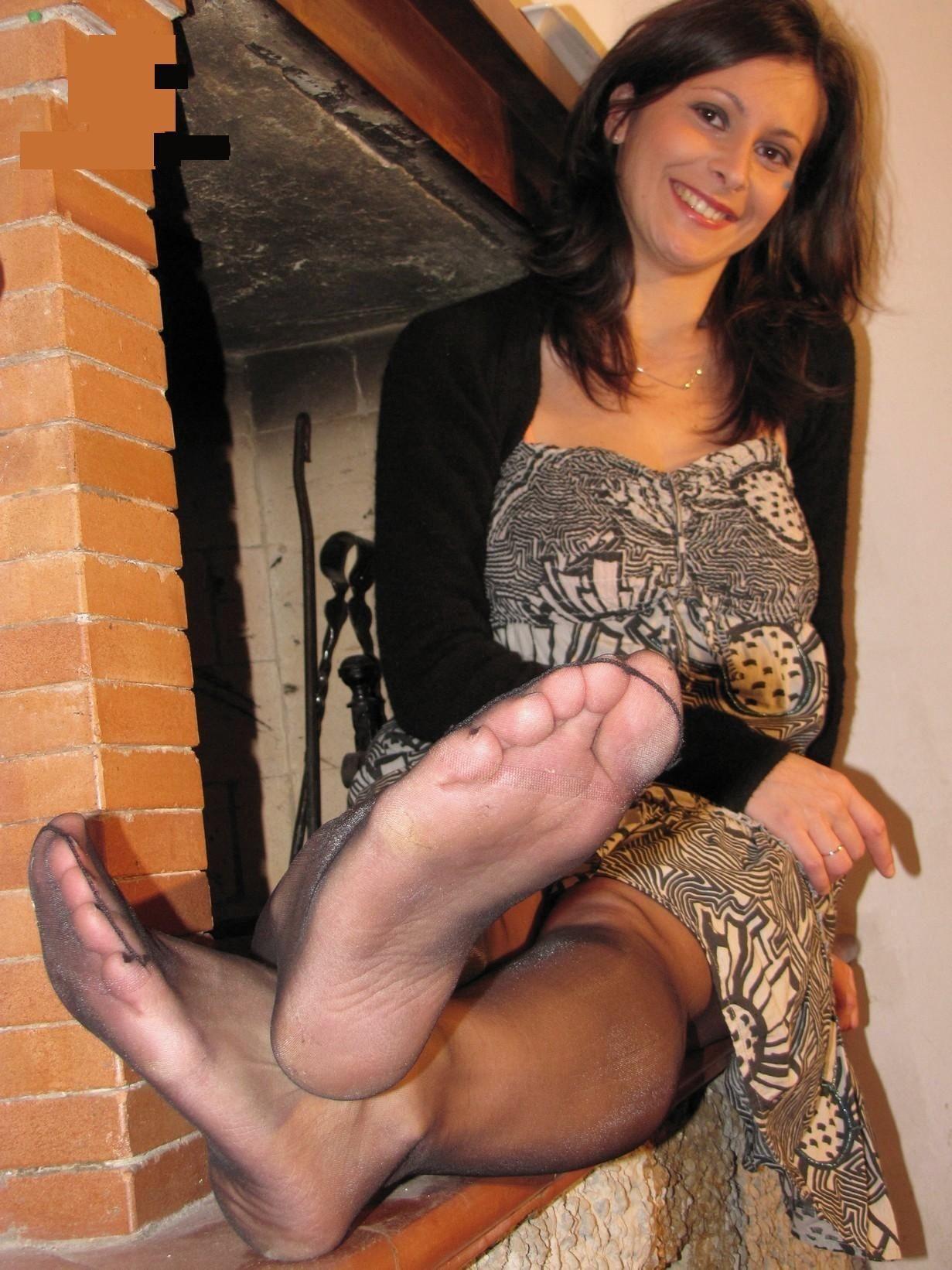 Cute hottie spreads legs