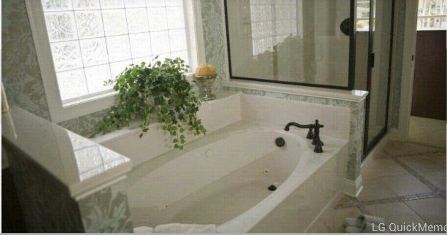 Tina centro de atencion en elciarto de baño con toque de naturaleza