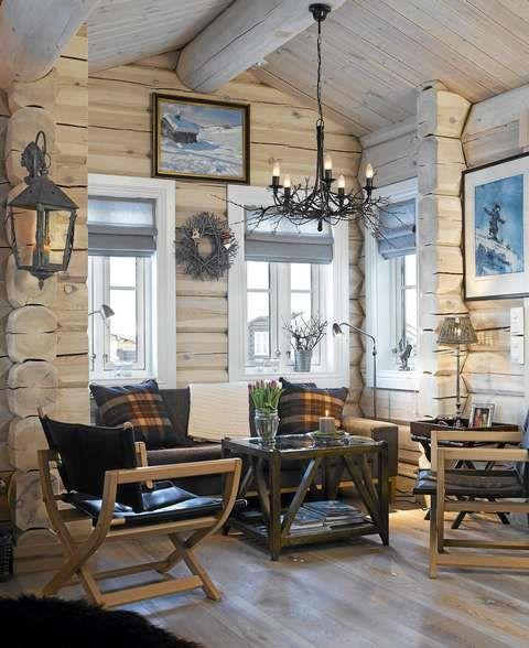 LYST OG LUFTIG: Den lyse behandlingen på vegger og tak gir hytta et luftig uttrykk. Gulvet i røket ask gir liv og varme til rommet.