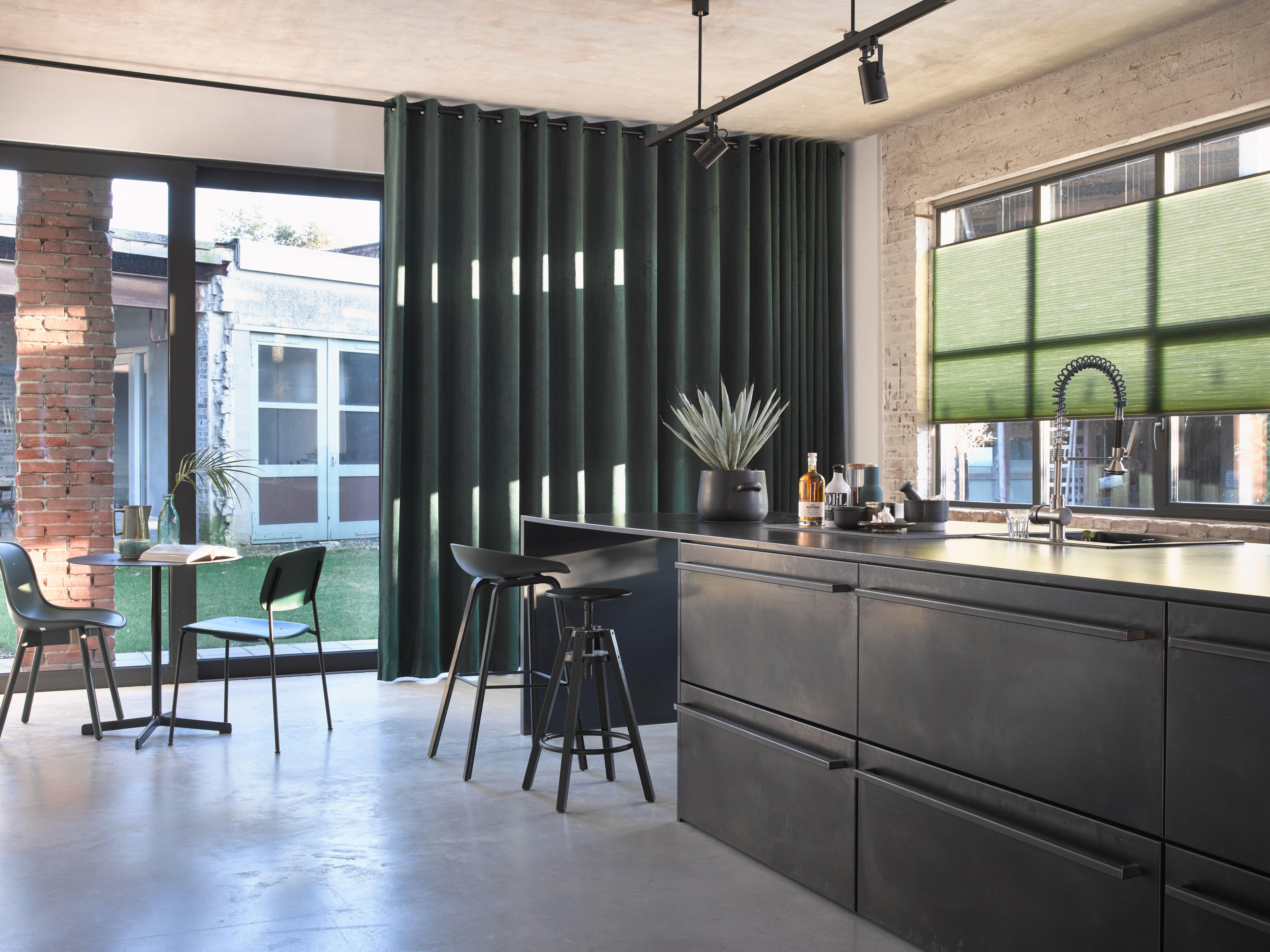 Groene velours gordijnen isola in moderne keuken gecombineerd met