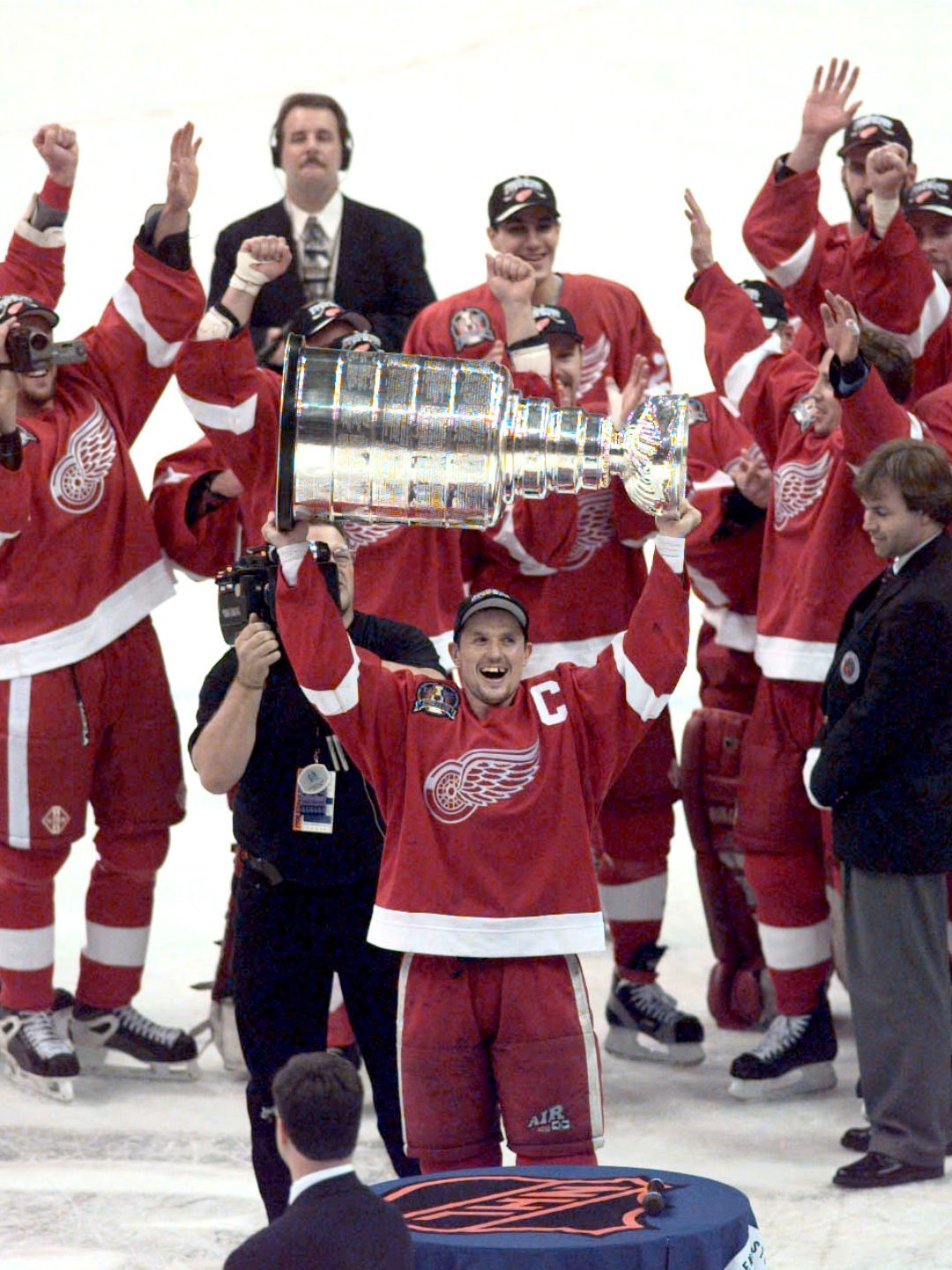 Steve Yzerman hoists the Stanley Cup again at the end of