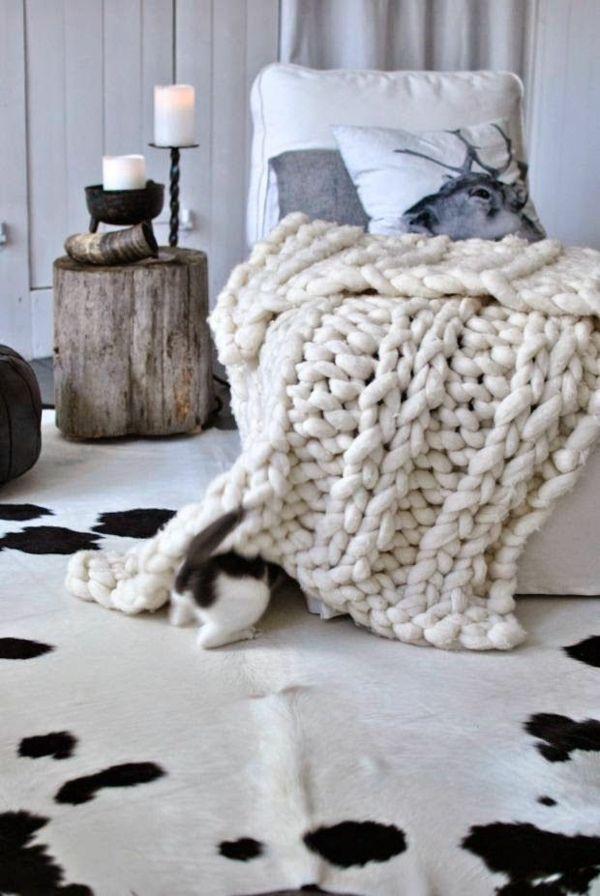Kuhfell Teppich im Wohn- oder Schlafzimmer verlegen pletenie 2