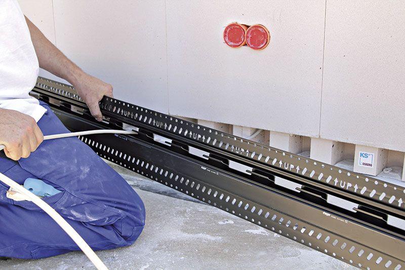 zur nach installation von daten oder elektroleitungen wird die vor dem kanal befestigte. Black Bedroom Furniture Sets. Home Design Ideas