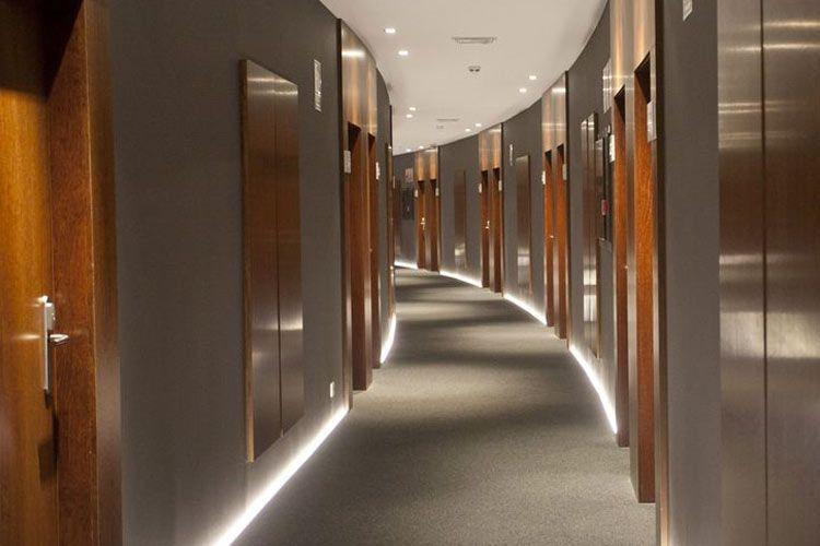 Dise o de pasillos de hotel detalles interiores for Diseno pasillos interiores