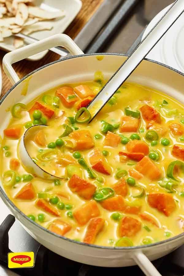 Veganes Kürbis-Kokos-Curry Die vegane Küche hat mehr zu bieten, als viele meinen! Wir zeigen dir vielfältige Gerichte ohne tierische Produkte - überzeuge dich selbst! Heute für dich: Veganes Kürbis-Kokos-Curry mit Möhren, Frühlingszwiebeln und Hokkaido-Kürbis.
