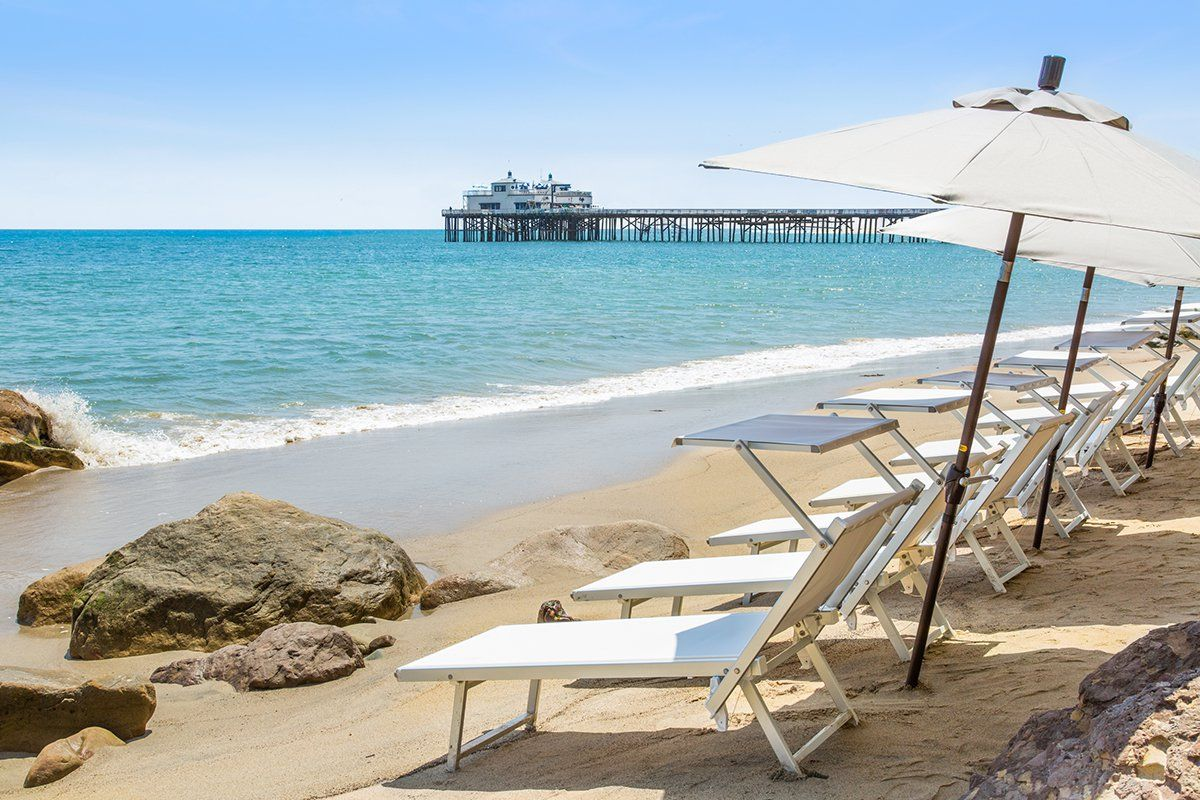 A Stylish Hiding Spot On Billionaire S Beach In Malibu In 2020 Luxury Beach Resorts Weekend Getaways For Couples Los Angeles Hotels