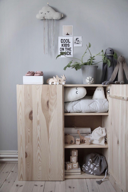 Skandinavisch dekorieren  einfacher Holzschrank im Kinderzimmer im skandinavischen Look schön ...