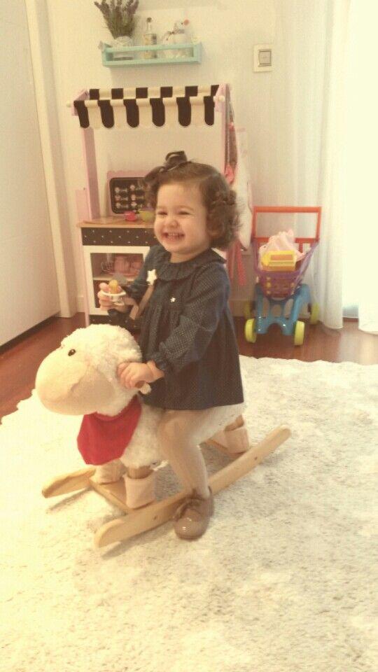 Maria jugando con su ovejita