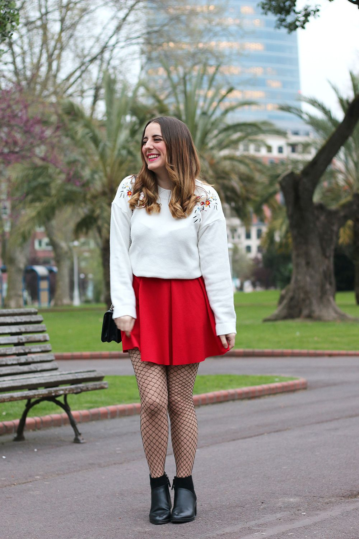 Outfit con falda roja y medias de rejilla (Me Myself My