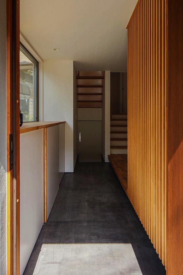 Lifedesign Laboratory 風景がつながる家 鎌倉 建築 不動産 湘南 玄関 黒土間 格子 漆喰 階段 造作建具 収納 家づくり 家 家 づくり 建具 造作