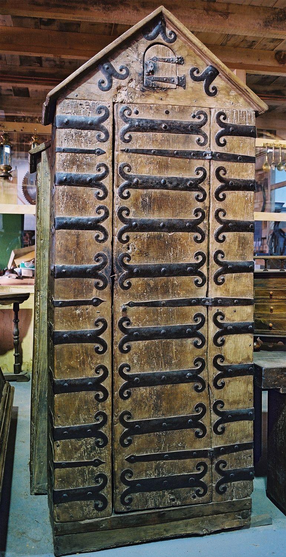 Alacena medieval de nogal y herrajes. Medidas 2,30x0,90x0,42 cm