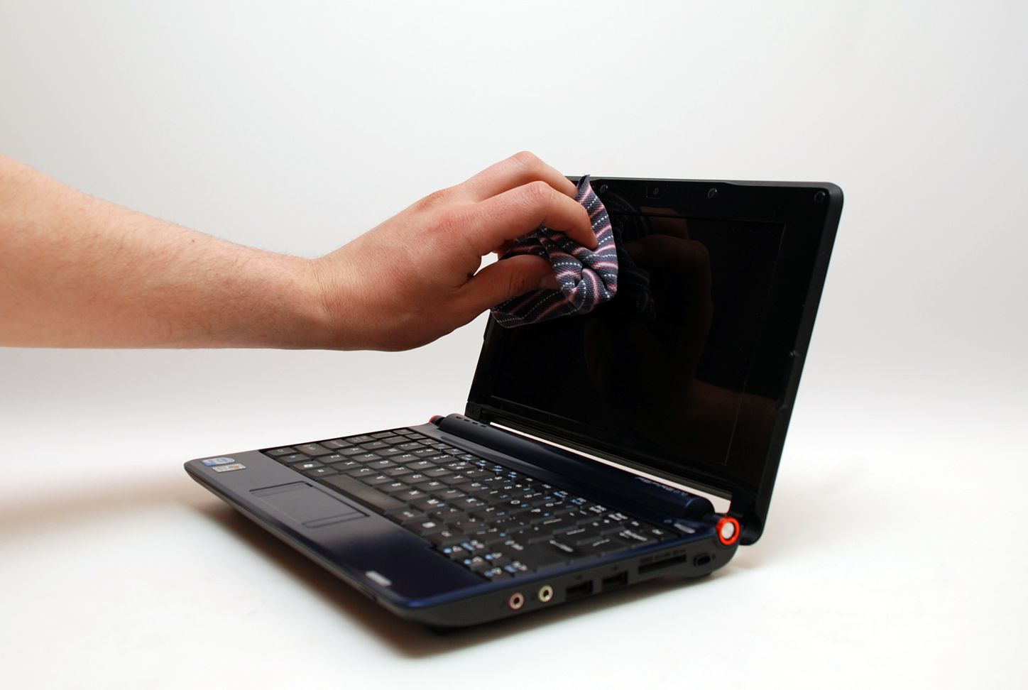 clean a laptop screen with household products household products