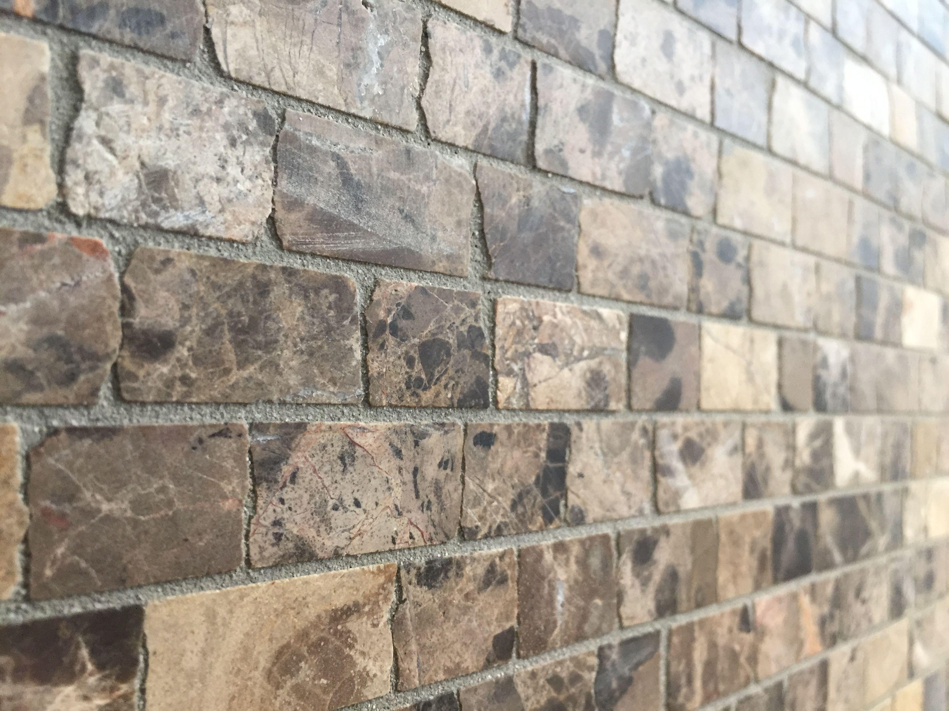 smalle strookjes mozaiek in warme bruintinten natuursteen