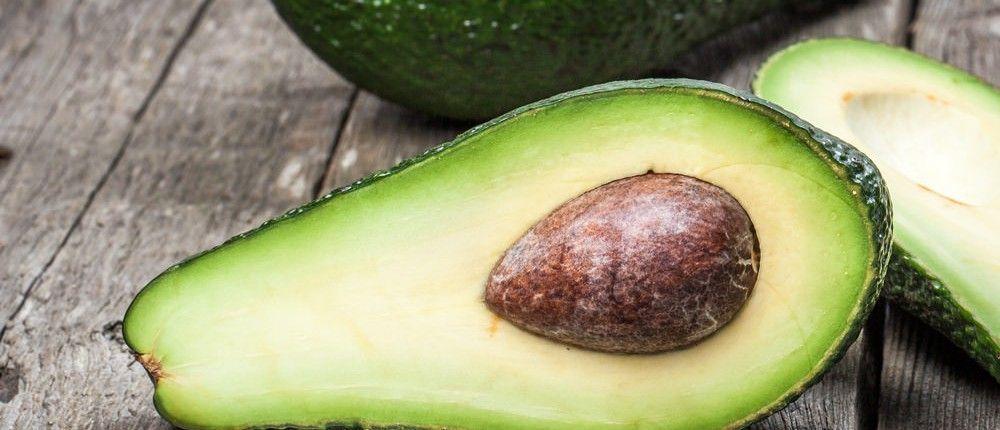 Avocados haben eine alligatorenähnliche Schale, ein cremig weiches Fruchtfleisch und einen großen inneren Samen. Avocados sind sehr fettreiche Früchte, enthalten wenig Zucker und liefern eine Menge lebensnotwendiger Nährstoffe. http://superfood-gesund.de/avocado/