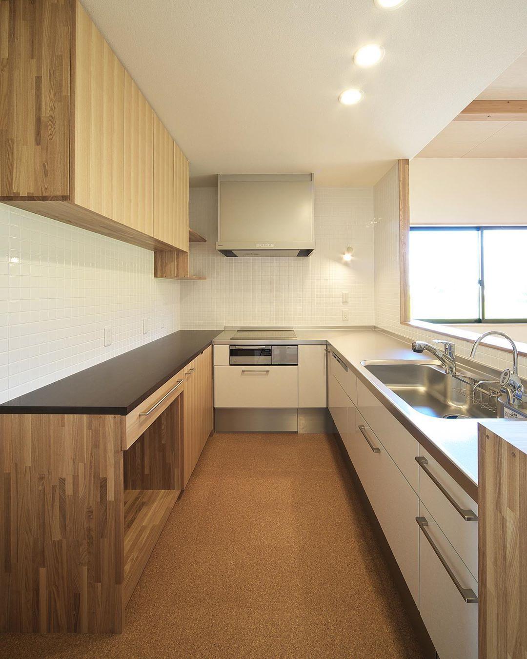 徳島 注文住宅 設計 Minimaru Design On Instagram l型キッチンにカップボードを造作したu字型のキッチンスペース ぐるりと囲われることで収納や作業スペースが多くなります ミニマルデザイン 設計事務所 徳島 L字キッチン L L型キッチン キッチン