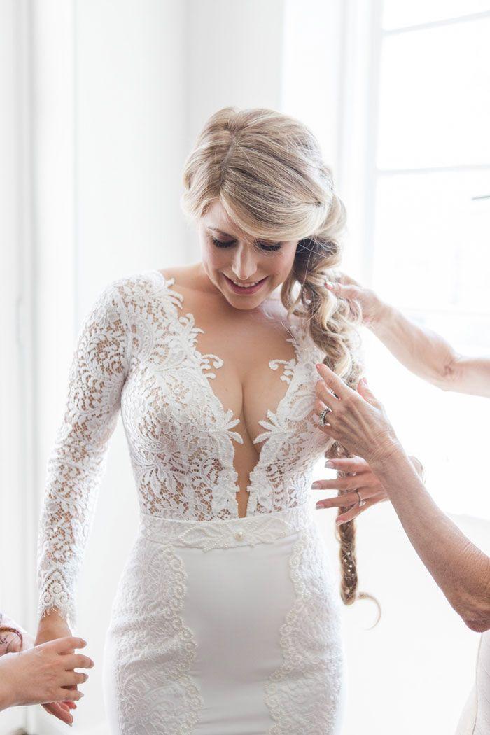 Figurbetontes Brautkleid mit langen Ärmeln und tiefem Ausschnitt ...