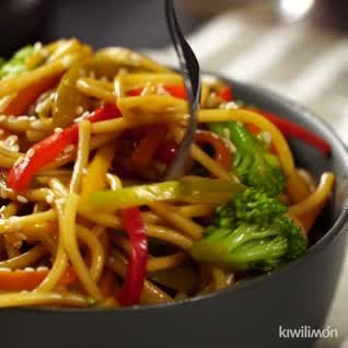 If you are a lover of Asian food, you have to cook this vegetable yakisoba, it is very practical since you get all the ingredients in the supermarket and you only need a pan or wok to prepare it. #ensaladas #postres faciles #postres gourmet #recetas de cocina #recetas de postres #recetas faciles #recetas pasta #recetas saludables #recetas vegetarianas #saludables #vegetable #Yakisoba