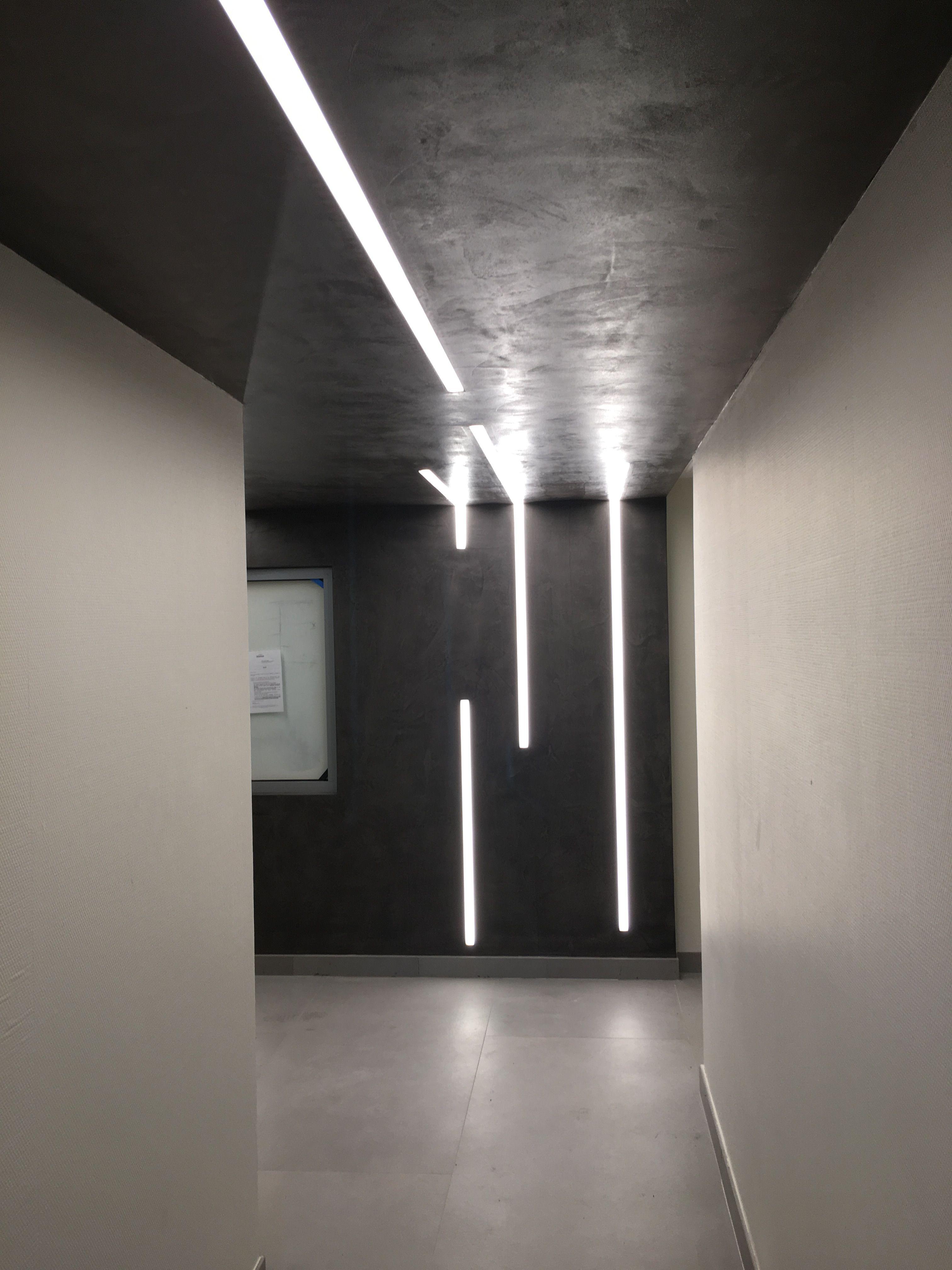 Luminaire Pour Couloir D Entrée dans ce hall d'entrée, une partie du mur et du plafond sont