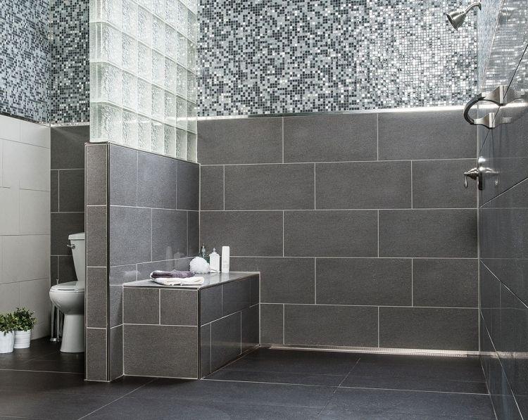 Ebenerdige Dusche Grau Weiss Sitzbank Gemauert  Glasziegel Mosaiksteine Armatur Klo