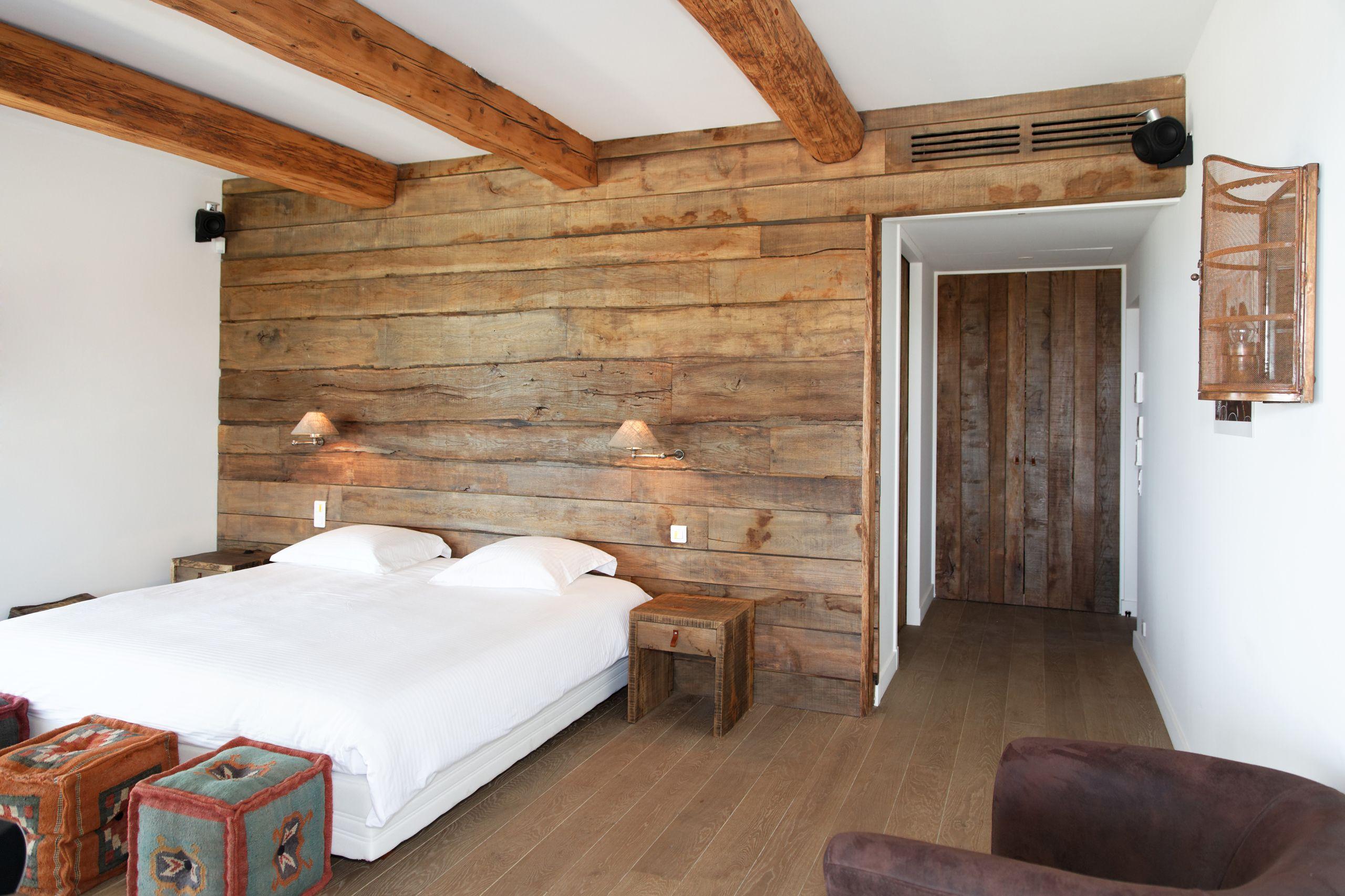 Chambre de villa à Grimaud. Habillage mural en chêne rustique ...