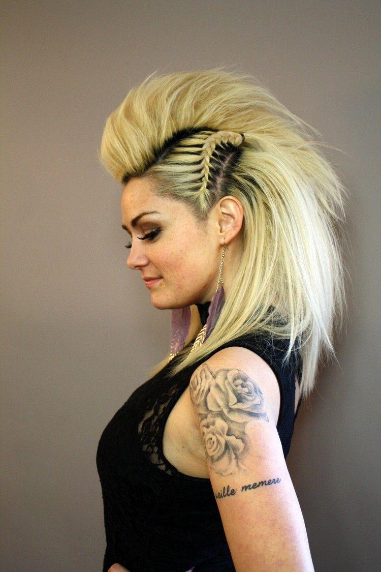 Faux Hawk Punk Frisur Geflochtene Seiten Deckhaar Volumen Hairstyles Frisur Volumen Mohawk Frisur Lange Haare Stylen