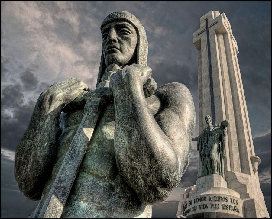 Guerrero del monumento a los caídos. Plaza España de Santa Cruz de ...