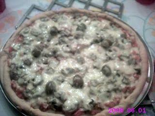 Pizza de alcachofrinhas e mussarela. Massa feita com fermento em pó.